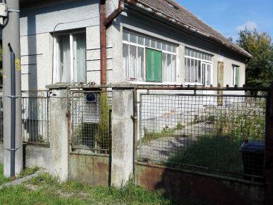 starý rodinný dom na veľkom pozemku