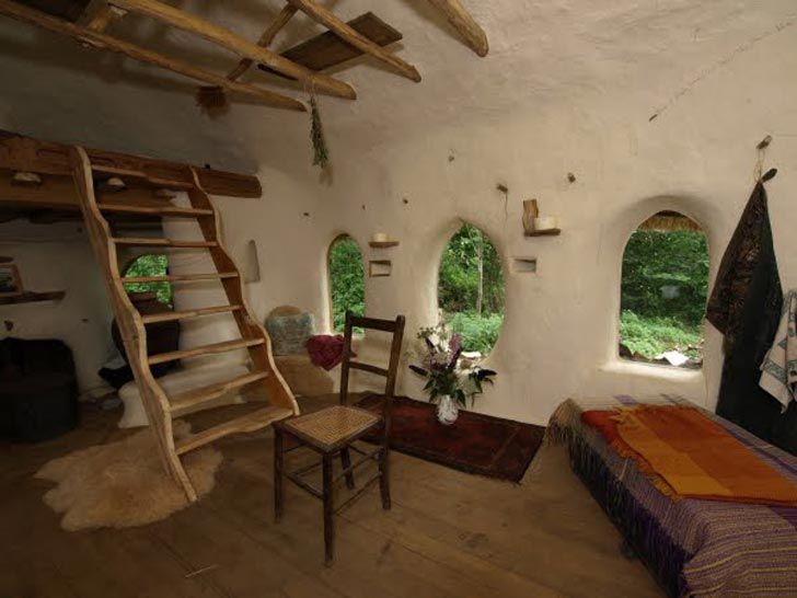 Učiteľ umenia na dôchodku si postavil rozprávkový hlinený dom za 200 €
